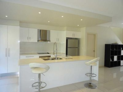 MODERN 3 BED DUPLEX CLOSE TO BROADWATER