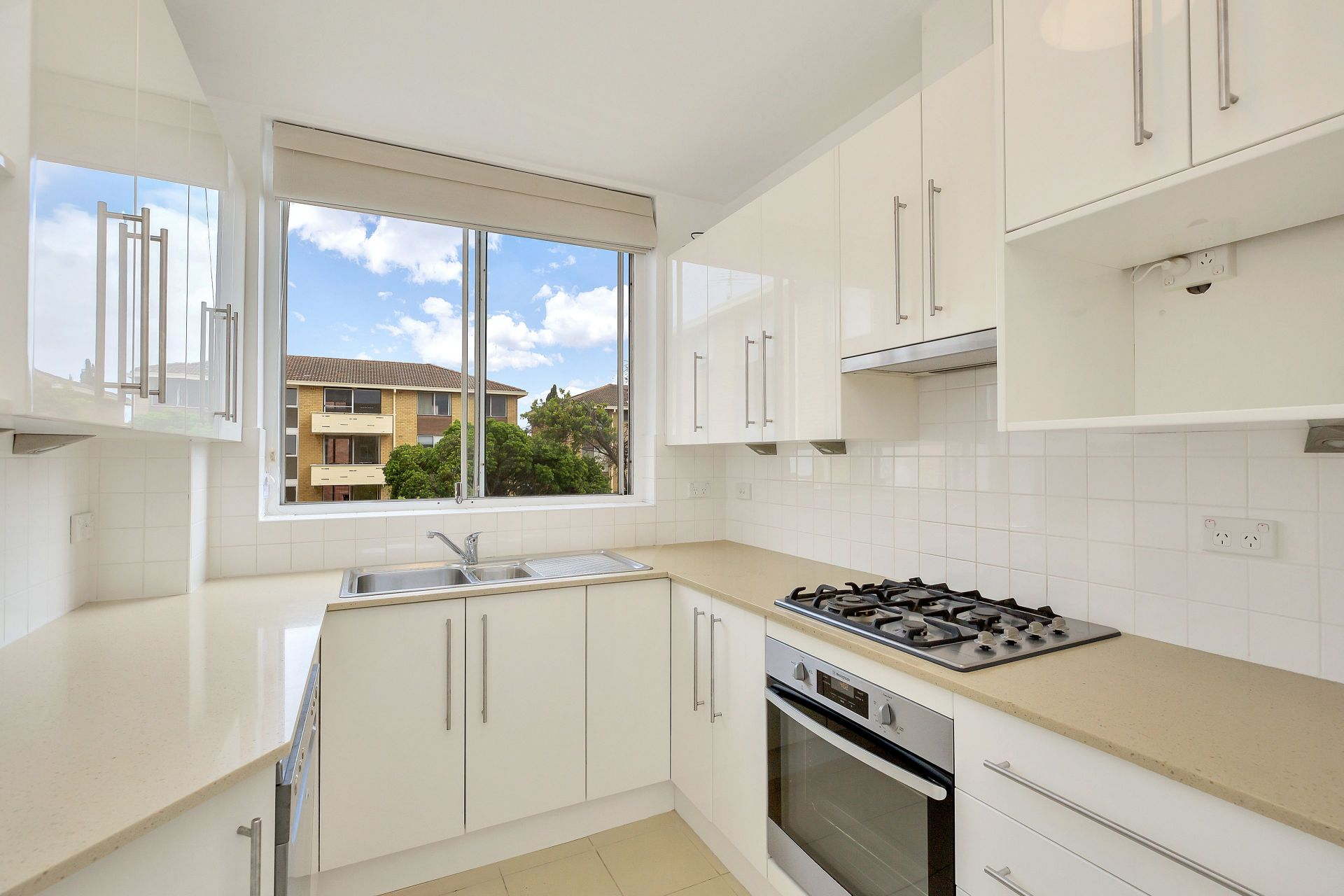 IMMACULATE & SPACIOUS 3 BEDROOM APARTMENT IN QUIET LOCATION