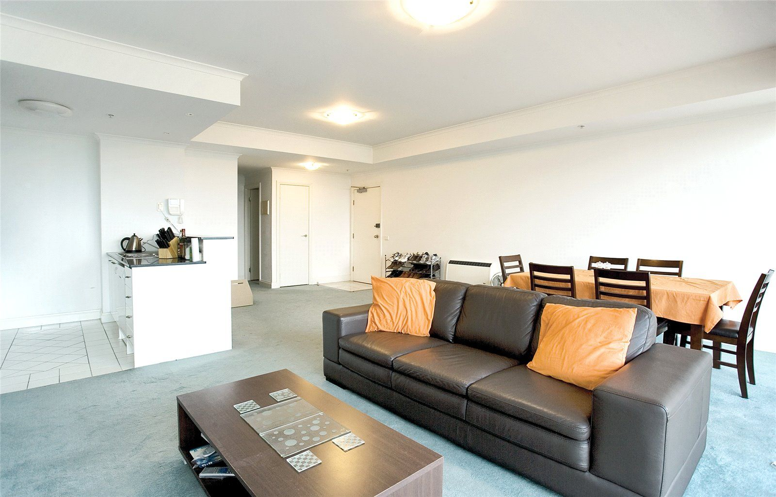 Boulevarde: 8th Floor - Sunny and Spacious!