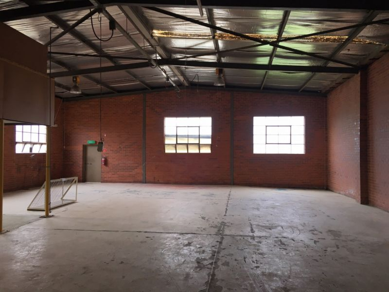 Freestanding Office / Warehouse With Rear Yard!