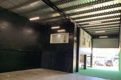 HIGHLY EXPOSED NEWMARKET ROAD OFFICE/WAREHOUSE OPPORTUNITY!