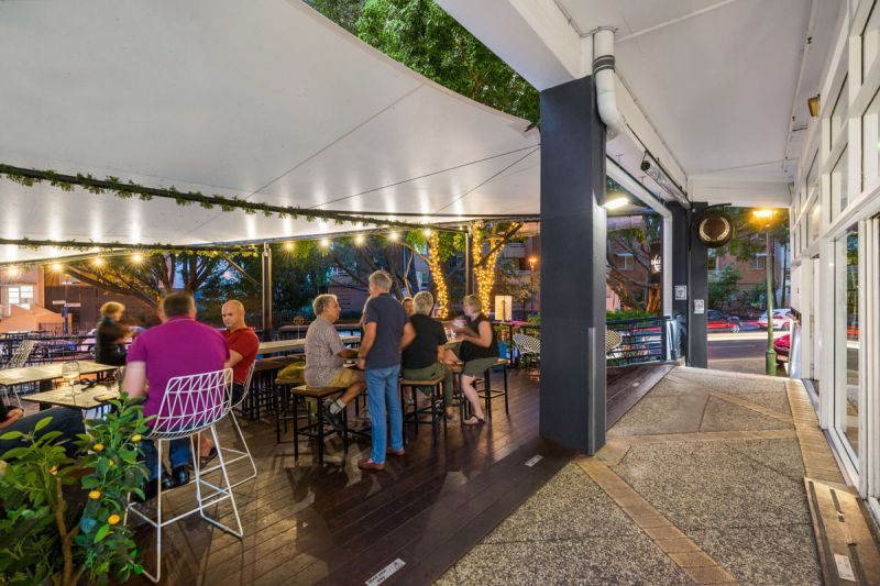 OUTSTANDING OPPORTUNITY - FITTED OUT BAR & RESTAURANT IN PROMINENT TENERIFFE CORNER LOCATION
