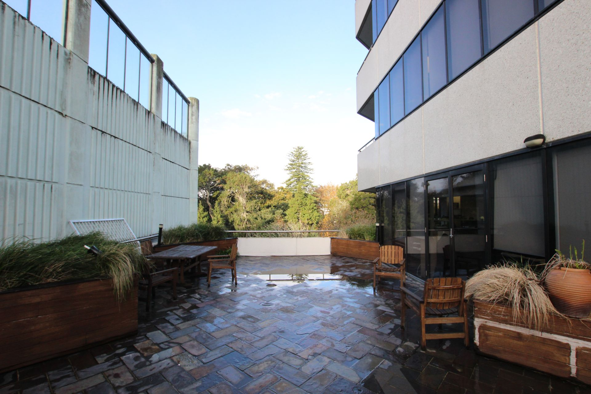 Large Deck Overlooking Albert Park with Full Fit-Out