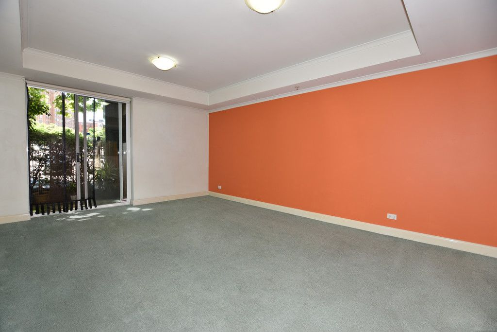 UNFURNISHED Spacious One Bedroom Apartment with a Courtyard!