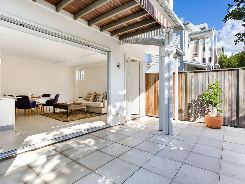 Modern 2 bedroom townhouse with courtyard!>
