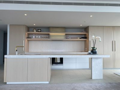Fully-furnished Eastbourne Apartment - 2-bedroom corner apartment with bathtub