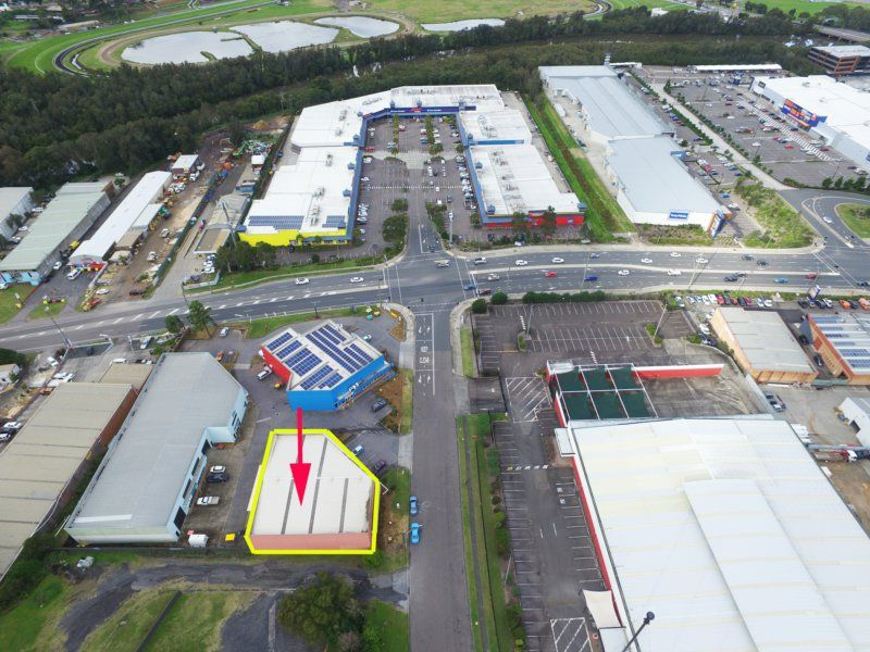 SHOWROOM AND WAREHOUSE WITH MANNS ROAD EXPOSURE!