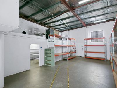 NEAT & TIDY OFFICE/WAREHOUSE - 4 CAR PARKS!