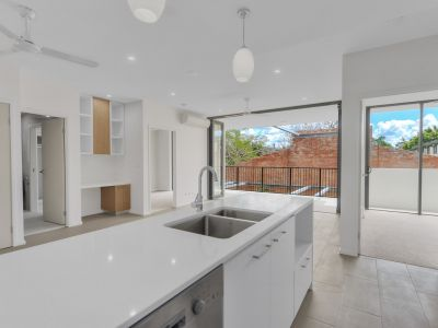 Live in one of Brisbanes best street!!! (PET FRIENDLY APARTMENT)