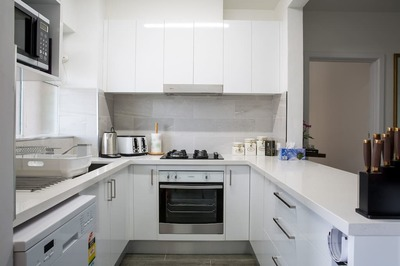 3BD APPARTMENT  1BR, FULLY FURNISHED/RENOVATED ,QUEENS RD MELB/ ALBERT PARK LAKE , PARKING