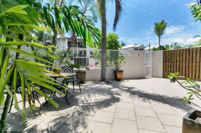 Immaculate townhouse, massive courtyard, short walk to esplanade
