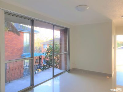SUNNY TOP FLOOR ONE BEDROOM IN IDEAL LOCATION
