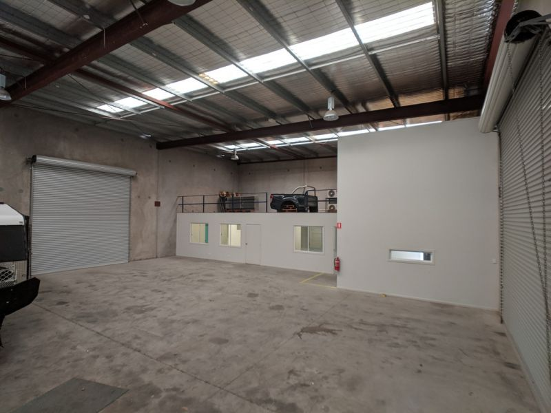 Warehouse, Office And Parking In Kunda Park