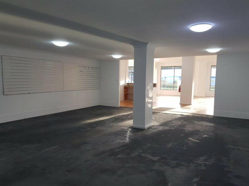 Showroom, office, or professional rooms