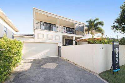 Spacious Duplex 500 Metres to The Broadwater