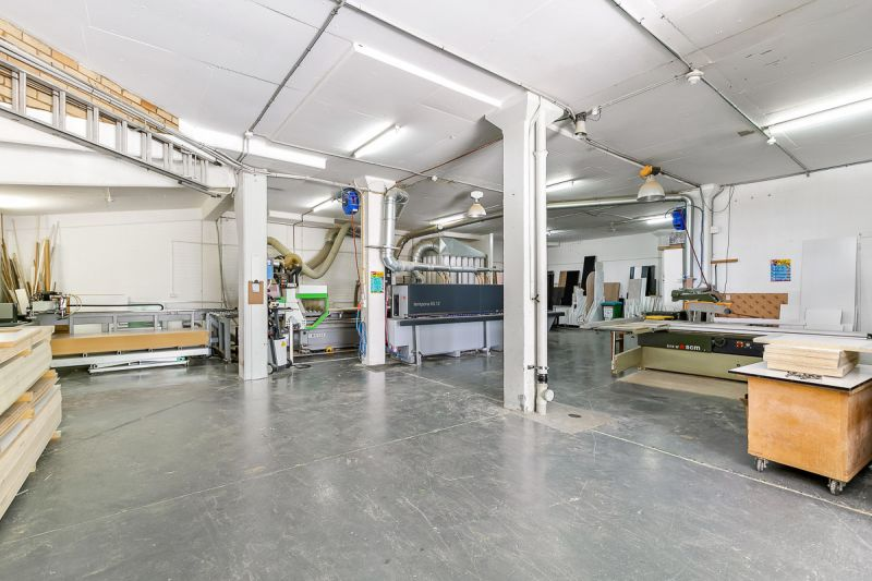 WAREHOUSE IN PERFECT LOCATION