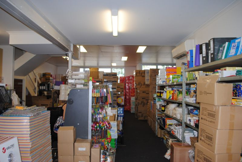SHOWROOM/ WAREHOUSE WITH GREAT EXPOSURE TO COMPTON RD