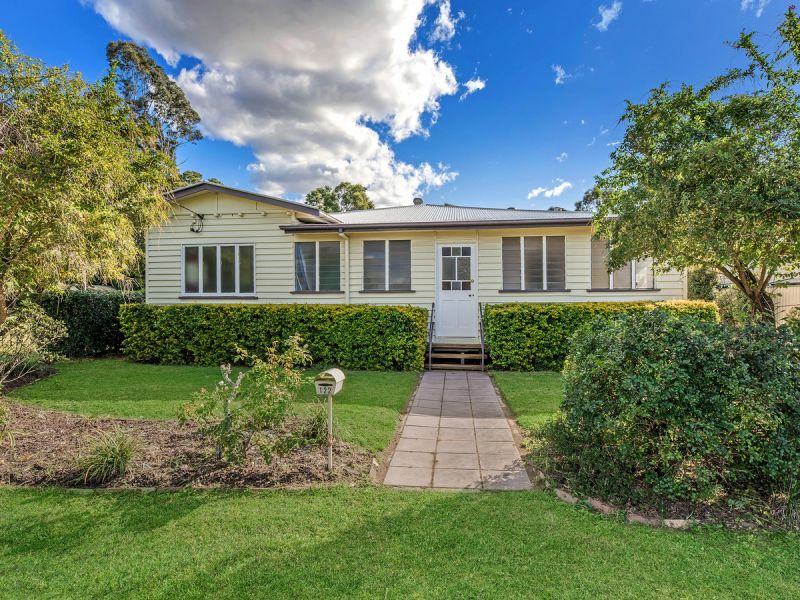 SPACIOUS FAMILY HOME ON ¼ ACRE WITH REAR YARD ACCESS