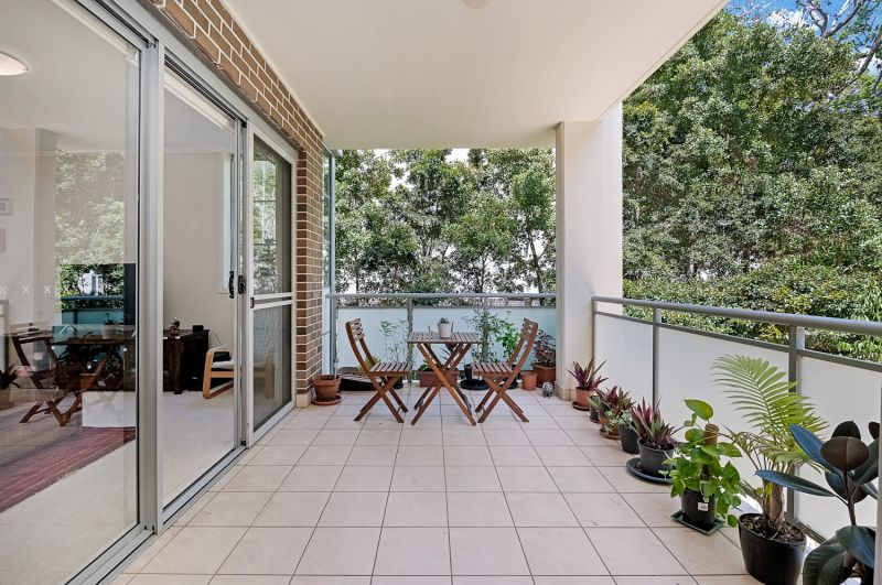 Spacious contemporary apartment in private leafy setting