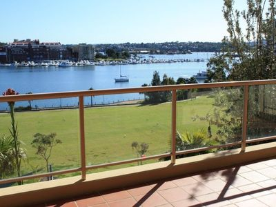 Large 3 Bedrooms Waterfront Apartment with Panoramic Harbour Views!