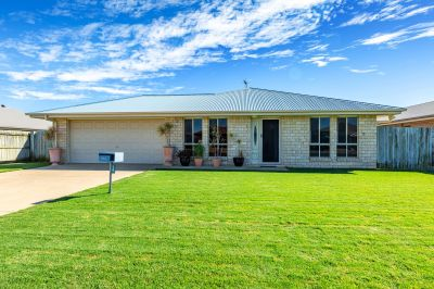 MODERN FAMILY RESIDENCE WITH 4 BAYS OF SHED SPACE & DUCTED A/C!