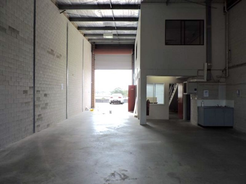 HIGH CLEARANCE INDUSTRIAL UNIT IN CONVENIENT LOCATION