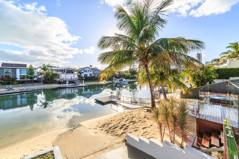 Hampton's Tropical Oasis with Tranquil Waterfront Bliss