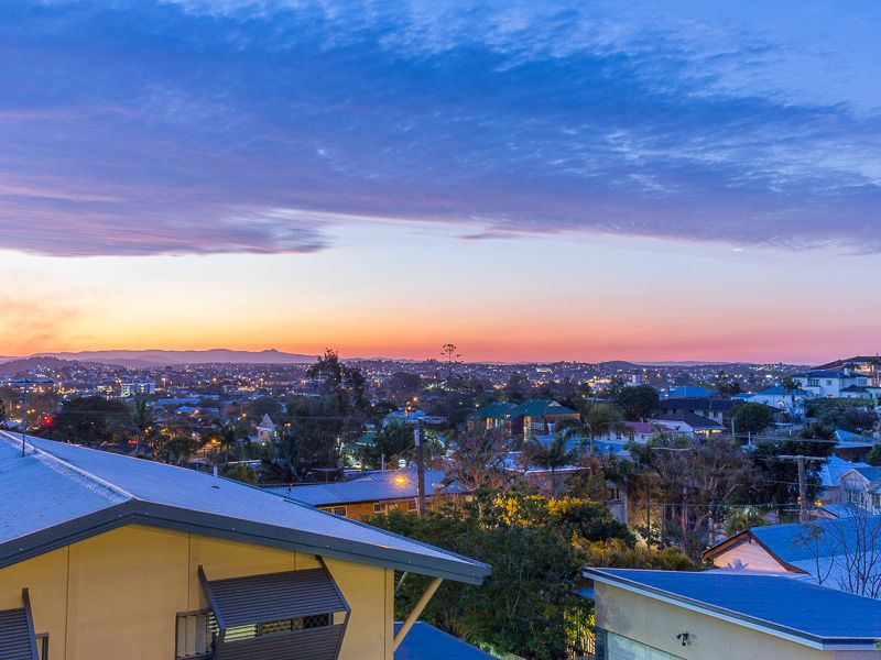 Fully Furnished - Stunning Panoramic Views of Brisbane in a Leafy Street!>