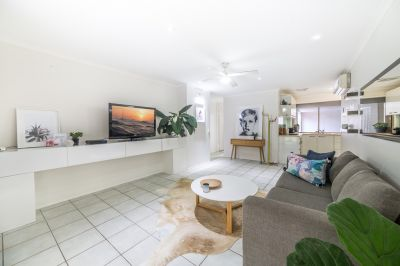 Spacious Ashmore Duplex - Private Hidden Retreat