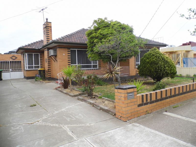 Freshly painted 3 Bedroom Home Close to Altona Gate