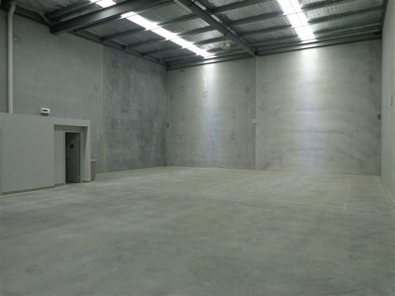 TIDY WAREHOUSE - GREAT LOCATION!