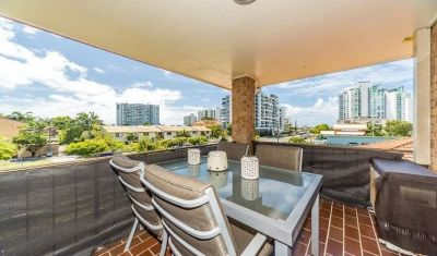 Renovated 2 Bedroom Unit Close To The Broadwater