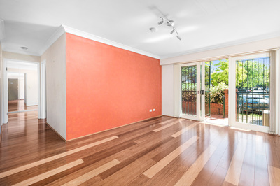 Renovated 2 bedroom apartment with sun-lit courtyard