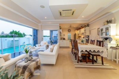 STUNNING FAMILY HOME ON THE COAST! WELL OVER $900,000 TO REPLACE...