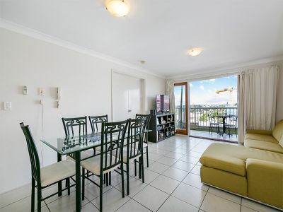 A Fabulous Air Conditioned Top Floor Apartment with Sweeping Views Across the Brisbane Suburban Skyline.