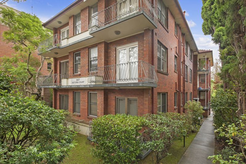 Fresh, spacious apartment located within close proximity to the very centre of Chatswood.