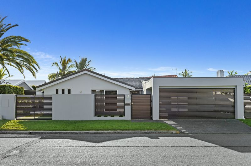 Single Level Style and Charm in Sought-After Paradise Waters