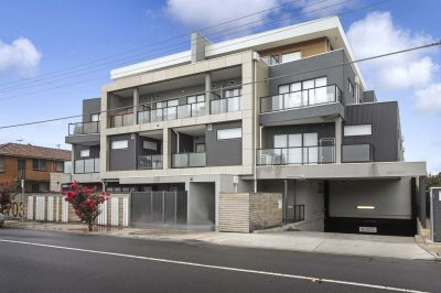 Gorgeous, Top End Of WEFO Town Apartment!