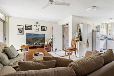 CENTRAL LOCATION 2 BEDROOM UNIT, 100 METRE WALK TO THE BEACH