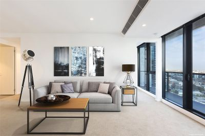 Southbank Central: Stunning Three Bedroom Apartment Sure to Impress!