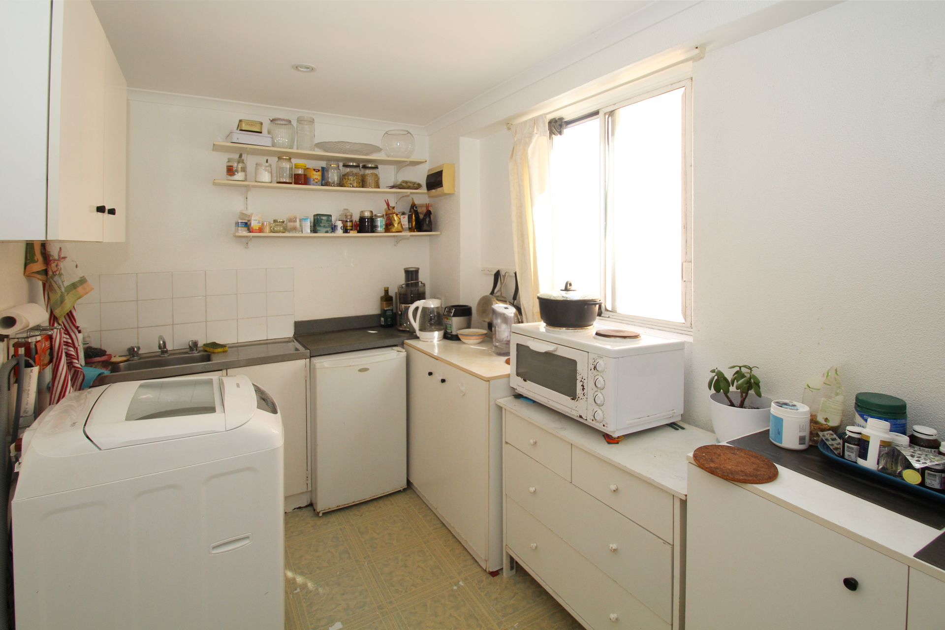 FURNISHED STUDIO RIGHT IN THE HEART OF BONDI JUNCTION!