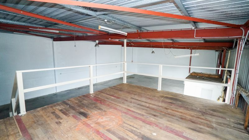 Open Plan Warehouse with Hardstand