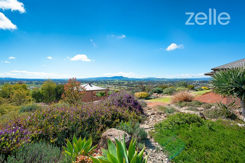 Idyllic setting with panoramic views of Table Top Mountains and Lake Hume.