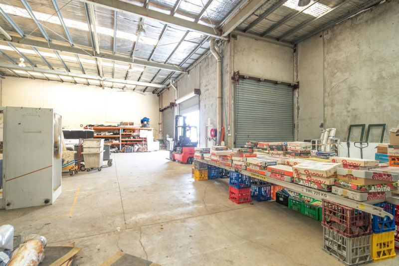 1,296m2* Warehouse Building Divided Into 3 Tenancies