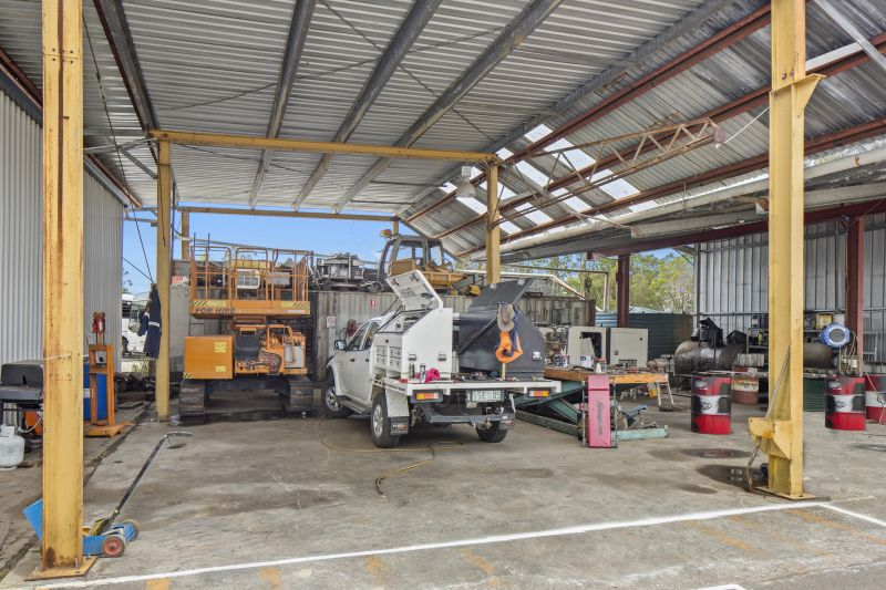 3 WAREHOUSES - DISPLAY - HARDSTAND 3,500m2