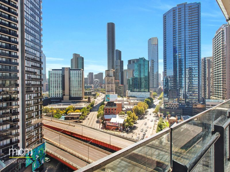 Mainpoint: Three Bedroom Corner Apartment with Incredible Views!