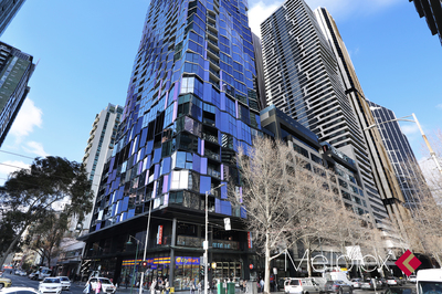 LUXURY OVER-SIZED LIVING IN CENTRAL OF MELBOURNE
