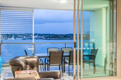 Spacious and Private - Contemporary Apartment with Broadwater Outlook