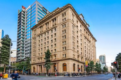 MacArthur Chambers Apartment with spectacular return!