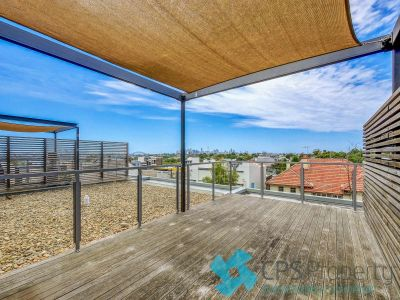 EXECUTIVE RESIDENCE WITH EXCLUSIVE ROOFTOP TERRACE & HARBOUR VIEWS